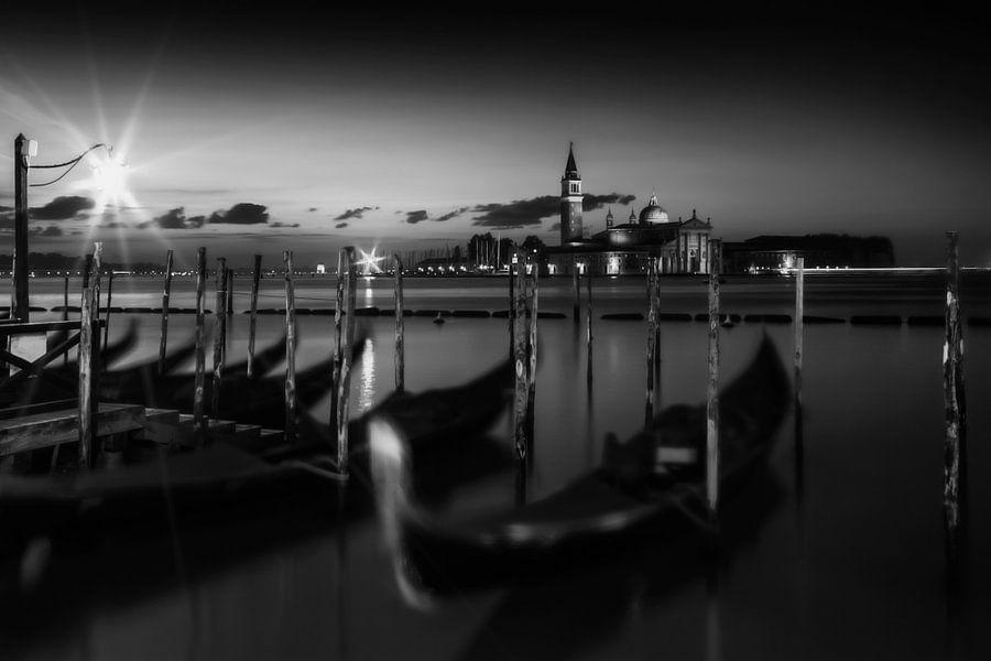 VENETIË San Giorgio Maggiore bij zonsopgang   zwart-wit van Melanie Viola