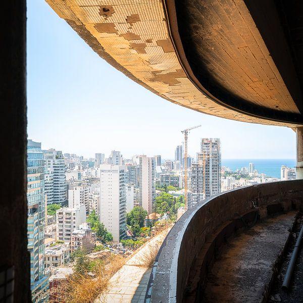 Uitzicht op Beiroet vanuit Holiday Inn Hotel. van Roman Robroek