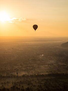 Luchtballon boven Bagan in Myanmar van Teun Janssen
