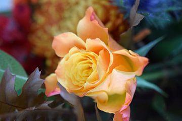 gele roos in herfstboeket van