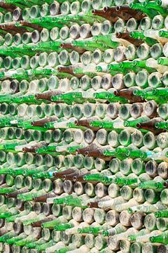 staubige Wand aus unzähligen leeren Bierflaschen von Tony Vingerhoets