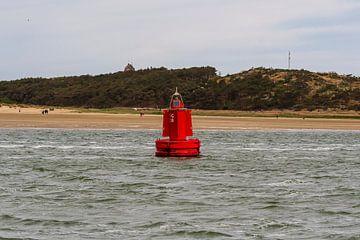 Rode boei voor de kust van West-Terschelling van Mirjam Welleweerd