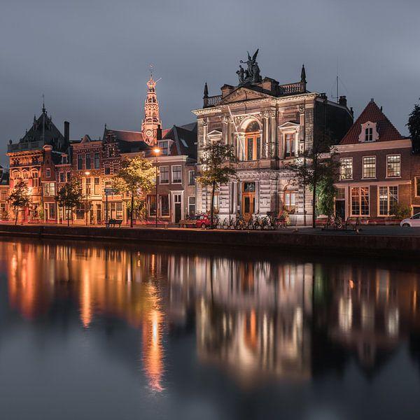 Haarlem: het Spaarne by night - close up. van Olaf Kramer