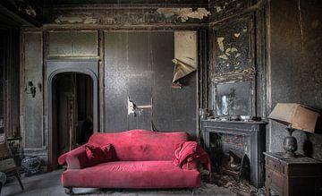 Salon met de rode sofa Urbex van Olivier Photography