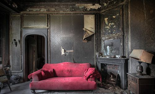 Salon mit dem roten Urbex-Sofa