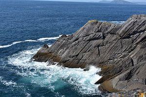 Wellen auf Felsen an der irischen Küste von Youp Heinhuis