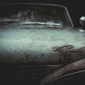 Motorhaube eines Plymouth-Oldtimerwagens von Art By Dominic