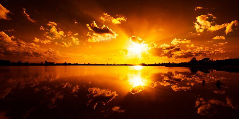 Wie is er bang voor het rood van een zonsondergang van Nando Harmsen
