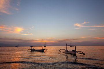 Wunderschöne Dämmerung am Strand und Silhouette von Fischerboot und Segelboot. von Tjeerd Kruse