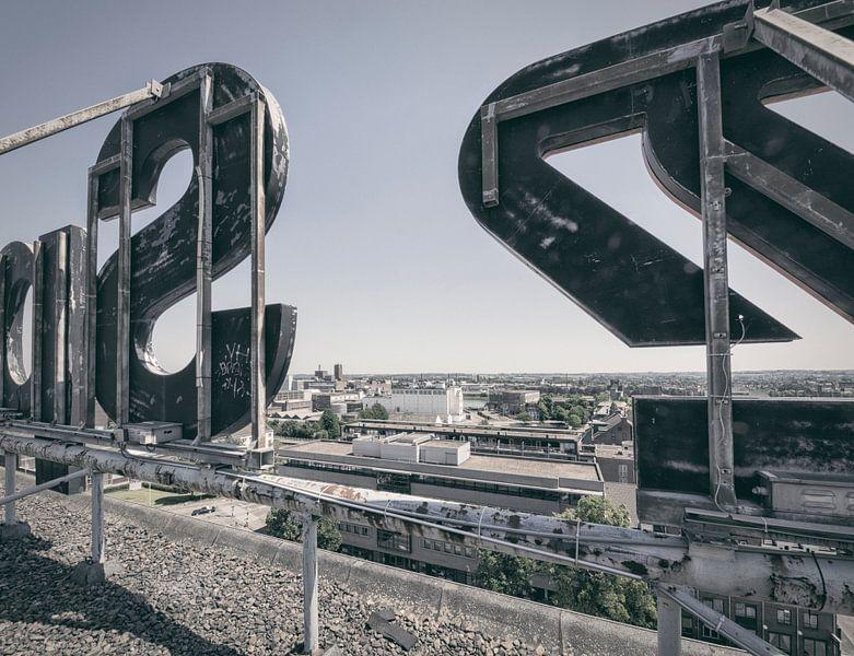Verlaten plekken: Sphinx fabriek Maastricht Eiffelgebouw uitzicht. van Olaf Kramer