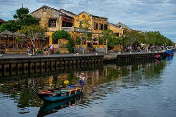 Bootje op rivier in Hoi An, Vietnam van Ellis Peeters