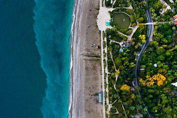 Parc avec un étang et la route. Hôtels parmi le parc vert en bord de mer avec une eau turquoise et l sur Michael Semenov