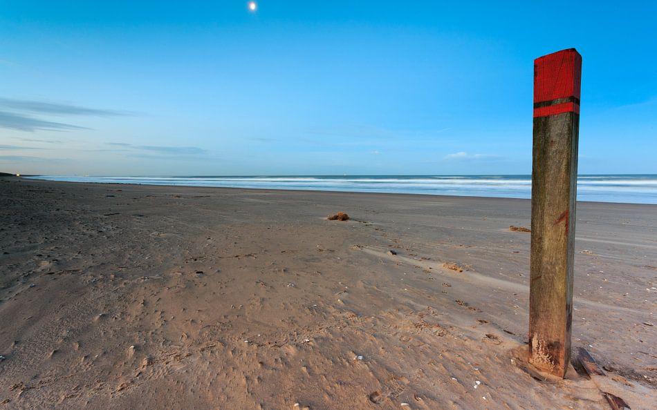 Maanlicht op strandpaal 83:250  van Remco Bosshard