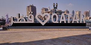 Porto Arabia dans The pearl Doha, Qatar, photo de jour montrant l'enseigne Love QATAR