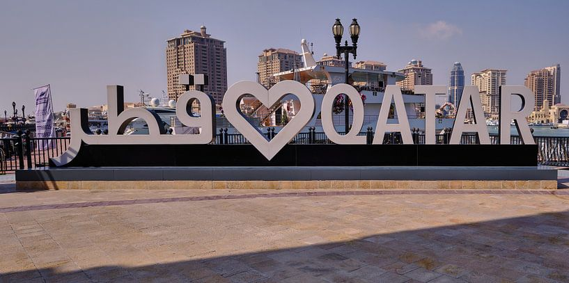 Porto Arabia dans The pearl Doha, Qatar, photo de jour montrant l'enseigne Love QATAR sur Mohamed Abdelrazek