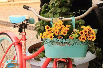 Fiets met zomerse bloemen van Bobsphotography