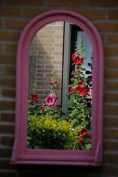 bloemen in de spiegel van Cora Unk