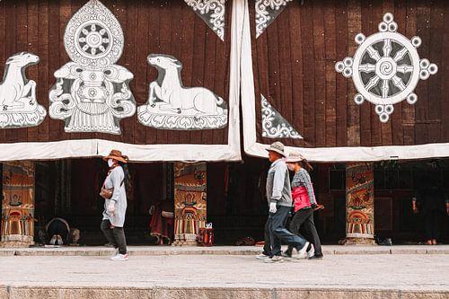 Tibetaanse pelgrims voor een klooster