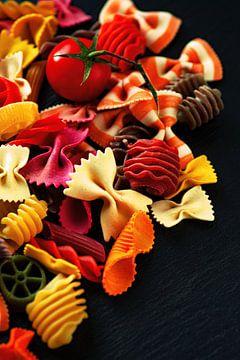 Bunte Nudeln auf dem Tisch von Tanja Riedel