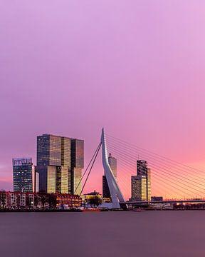 Die Erasmus-Brücke bei Sonnenuntergang mit rosa Himmel von Annette Roijaards