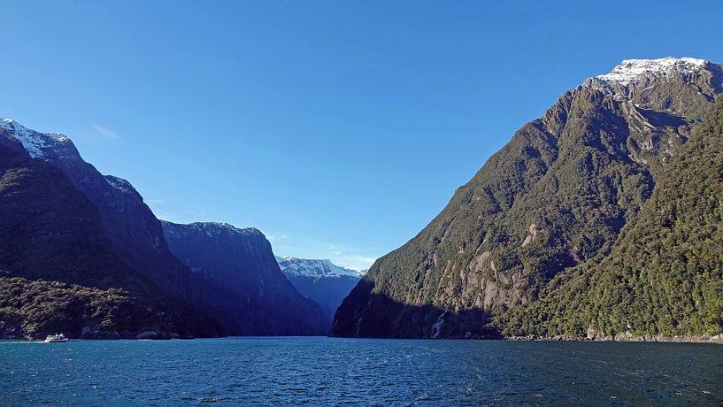 Milford Sound vanaf de Tasmanzee  in Nieuw Zeeland van Aagje de Jong