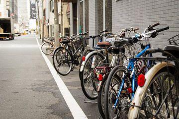 Rijtje fietsen in Tokio, Japan van Marcel Alsemgeest