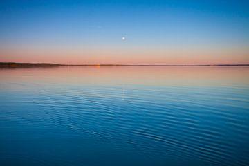 Le lac turquoise à l'aube. Russie, région de Yaroslavl, ville de Pereslavl, lac de Pleshcheyevo. Sur sur Michael Semenov
