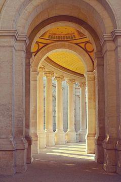 Korridor des Palais Longchamp in Marseille, mit schönen Säulen und Sonnenlicht von Carolina Reina