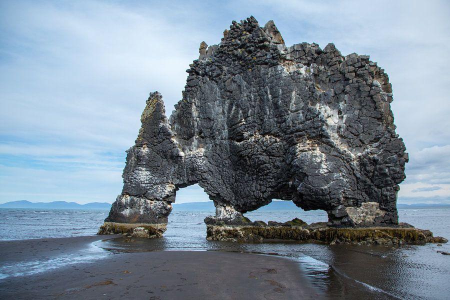 Hvitserkur in IJsland van Menno Schaefer