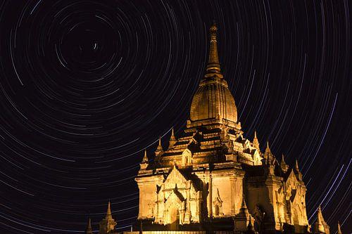 Verlichte pagode in Myanmar met sterren sporen in de nacht