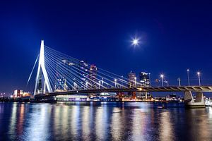Rotterdam skyline bij nacht met de Erasmusbrug van