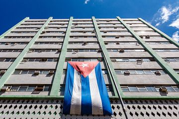 Drapeau cubain sur la façade d'un immeuble de bureaux moderne à La Havane, Cuba sur WorldWidePhotoWeb