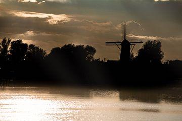 Oude windmolen tegen de achtergrond van Avondlicht von