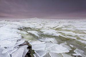 Kruiend ijs op het IJsselmeer van