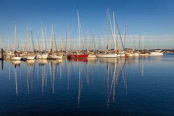 Weiße und rote Segelboote in Boltenhagen von Christian Müringer