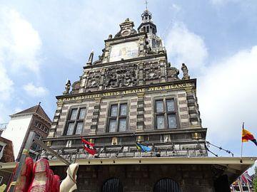 Het stadhuis van Alkmaar met klompen en vlaggen van Tineke Laverman