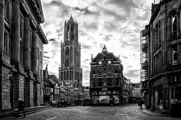 De Dom en de Vismarkt in Utrecht gezien vanaf de Stadhuisbrug in zwart-wit van