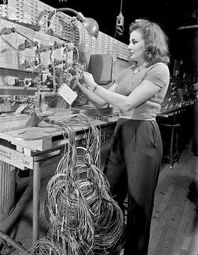 Frau überprüft technische Installation und Kontrolltafel bei Boeing 1942 von Atelier Liesjes