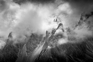 Wolken in den Bergen von Thijs Vermeer