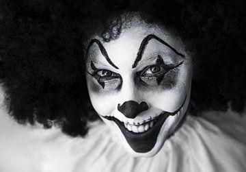 Lustiger, gruseliger Clown in Schwarz und Weiß von Atelier Liesjes