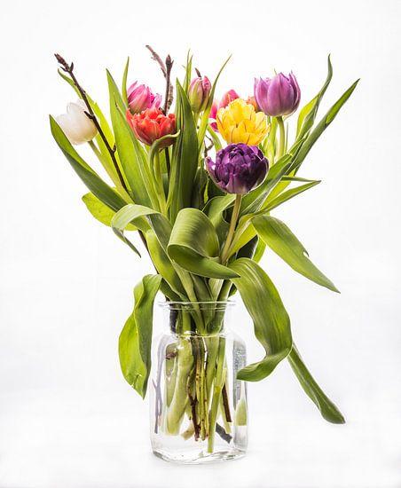 Een bosje gemengde Tulpen in vaas