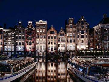 Amsterdam skyline, grachtenhuizen langs het water van het Damrak. van Ruurd Dankloff