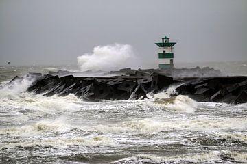 Storm bij golfbreker Scheveningen van STEVEN VAN DER GEEST