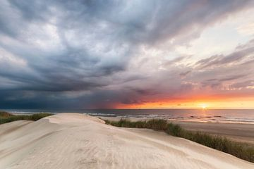 Een naderend onweer bedreigt de zonsondergang. van