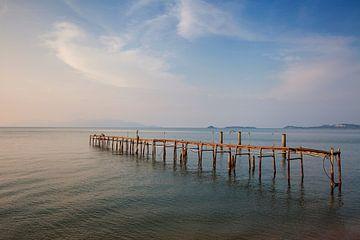 Het strand en de pier van Bophut in de schemering, Koh samui, Thailand van Tjeerd Kruse