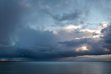 Enorme bui boven de Noordzee in Zeeland Nederland van Rik Pijnenburg
