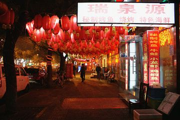 Die Lampen der Zhangzizhong Straße in Peking 01 von Ben Nijhoff
