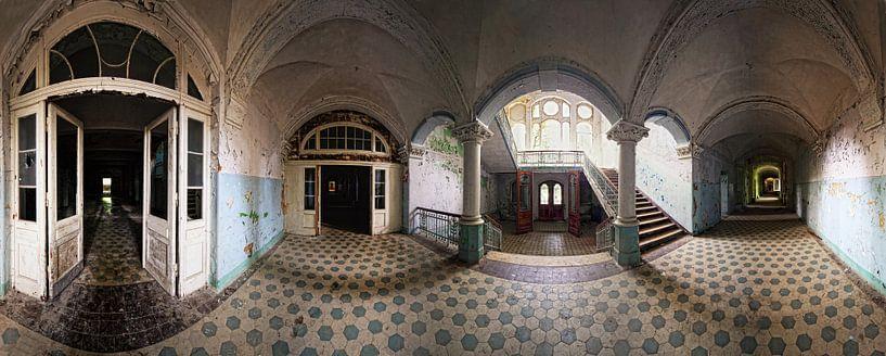 Alter Korridor in einem verlassenen Gebäude von Frank Herrmann