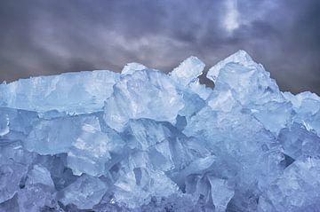 Grote berg ijsblokken met mooie lucht. van foto-fantasie foto-fantasie