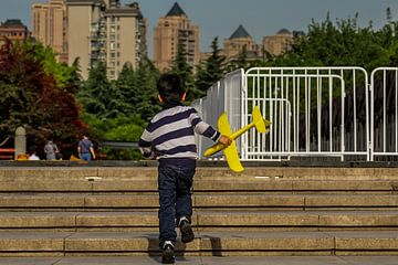 Chinees jongetje met zijn vliegtuig van Cecile van Essen